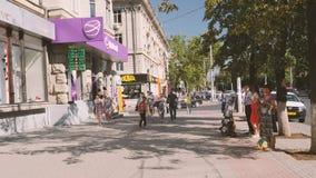 Getuigen van Jehova, bedelaar en vrouw die een kleding in centrale Chisinau verkopen stock footage