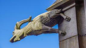 Getvattenkastare av ulmdomkyrkan arkivfoto