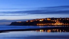 Getxo strand på natten med vattenreflexioner Arkivbild