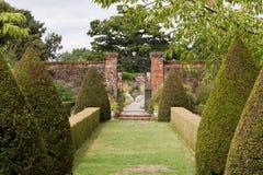 Geummauerter Garten mit Topiary Lizenzfreies Stockfoto