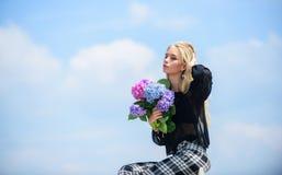 Geur van de bloemen de tedere lente Boeket voor meisje Manier en schoonheids de industrie Vier de Lente Het tuinieren en royalty-vrije stock foto's