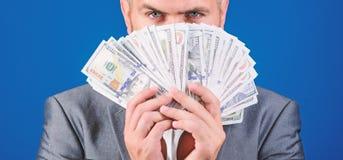 geur van geld Gemakkelijke contant geldleningen De greepstapel van het mensen formele kostuum van de blauwe achtergrond van dolla royalty-vrije stock foto's