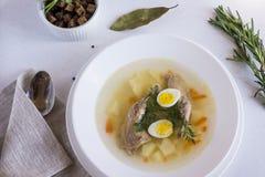 geurige die soep op kwartelsbouillon wordt gebaseerd in een witte het dineren plaat Plakken van vlees, kwartelsei, dille, bulgur, stock foto