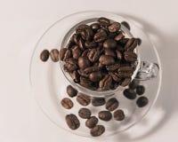 Geurige geroosterde bruine koffie in een kop royalty-vrije stock afbeelding
