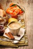 Geurige koffie en vruchten voor ontbijt stock fotografie