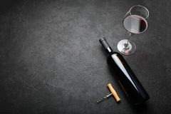 Geurige oude wijn in de fles Edele drank Exemplaarruimte voor tekst royalty-vrije stock foto's