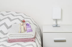 Lavendelslaapkamer Met Witte Klerenkasten Stock Afbeelding ...