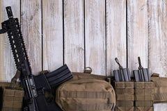 Gevär- och armébälte med ammo på tabellen Royaltyfria Foton