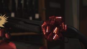 Gevär på ställning gåvavapen på vapenpilbågen lager videofilmer