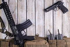 Gevär-, vapen- och armébälte med ammo på tabellen Royaltyfria Foton