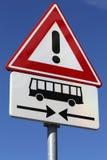 Gevaar, bussen die vooruit kruisen stock fotografie