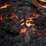 Gevaar, gevaar, energieconcept Lavavlam op zwarte asachtergrond Vorming, de geologie, aard, milieu stock afbeelding