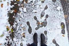 Gevaar om in de herfst en de winter met sneeuwval uit te glijden stock afbeelding