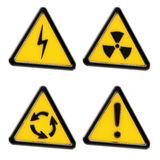 Gevaar: reeks gele driehoekswaarschuwingsseinen Stock Foto's