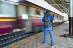 Gevaar, van een trein wordt gehangen, die omhoog de trein in een spitsuur lopen aan het werk, Haasttijd, vakantievakantie, Reisco stock fotografie