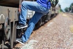 Gevaar, van een trein wordt gehangen, die omhoog de trein in een spitsuur lopen aan het werk, Haasttijd, vakantievakantie, Reisco royalty-vrije stock afbeelding