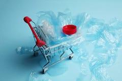 Gevaar van plastic puin, verontreiniging van aard en de planeet stock fotografie