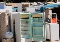 Gevaarlijk afval - gebroken koelkasten Royalty-vrije Stock Foto
