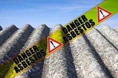 Gevaarlijk die asbestdak met het asbest van het berichtgevaar op een gele streep wordt geschreven - conceptenbeeld vector illustratie