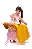 Gevaarlijk huishoudelijk werk-weinig meisje dat haar kleding strijkt Royalty-vrije Stock Afbeeldingen