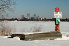 Gevaarlijk Ijs op Meer Calhoun in Minneapolis, Minnesota stock fotografie