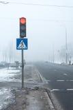 Gevaarlijk! Mist op de winterweg Royalty-vrije Stock Foto's