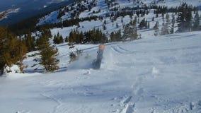 Gevaarlijk ontbreek van amateur snowboarder tijdens extreme truc, risico van stekelverwonding stock footage