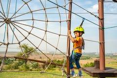 Gevaarlijke activiteit van het kind in sporten op de kabelwagen in het park voor pret stock foto's