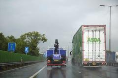 Gevaarlijke drijfvoorwaarden op een Britse autosnelweg na vrachtvervoer Royalty-vrije Stock Afbeeldingen