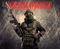 Gevaarlijke gemaskeerde en bewapende mens met terroristenteken op grungy bac Royalty-vrije Stock Afbeeldingen