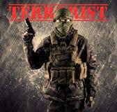 Gevaarlijke gemaskeerde en bewapende mens met terroristenteken op grungy bac Stock Afbeelding