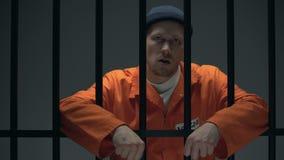 Gevaarlijke gevangengenomen misdadige het verdelen tandenstoker op vloer en het kijken aan camera stock video