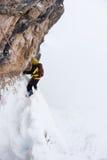 Gevaarlijke hoogte tijdens het extreme de winter beklimmen Royalty-vrije Stock Foto