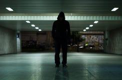 Gevaarlijke mens die bij nacht lopen Stock Foto's