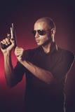 Gevaarlijke mens met een kanon Stock Foto's