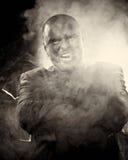 Gevaarlijke mens met enge gezichts rokende sigaar. royalty-vrije stock afbeeldingen