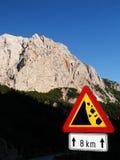 Gevaarlijke rotsachtige weg in Slovenië Stock Foto's