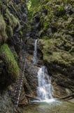 Gevaarlijke sleep over waterval die (via Ferrata gebruiken), Slowaaks P royalty-vrije stock foto