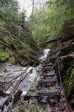 Gevaarlijke sleep over waterval die via Ferrata, Slowaaks P gebruiken stock foto