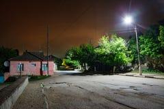 Gevaarlijke straten in avond Stadsvoorsteden bij middernacht Lege Steeg stock foto