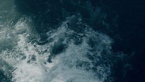 Gevaarlijke stroomversnellingstroomversnelling bij de bovenkant van een waterval stock videobeelden
