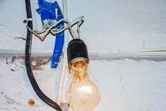 Gevaarlijke verbinding aan de lamp royalty-vrije stock fotografie