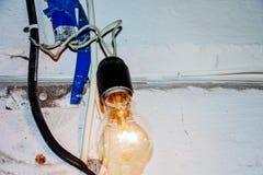 Gevaarlijke verbinding aan de lamp royalty-vrije stock afbeeldingen