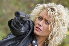 Gevaarlijke vrouw met kanon stock fotografie