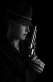 Gevaarlijke vrouw in zwarte met zilveren pistool Stock Afbeelding
