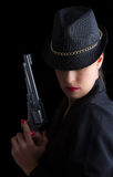 Gevaarlijke vrouw in zwarte met zilveren pistool Stock Foto's
