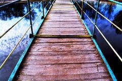 Gevaarsbrug op de rivier royalty-vrije stock afbeeldingen