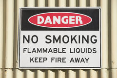 Gevaarsteken nr die - bij de bouw roken openlucht Stock Foto