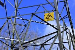 Gevaarsteken op een pyloon. Royalty-vrije Stock Foto