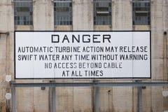 Gevaarsteken op Tom Miller Dam in Austin wordt gepost dat Royalty-vrije Stock Foto's